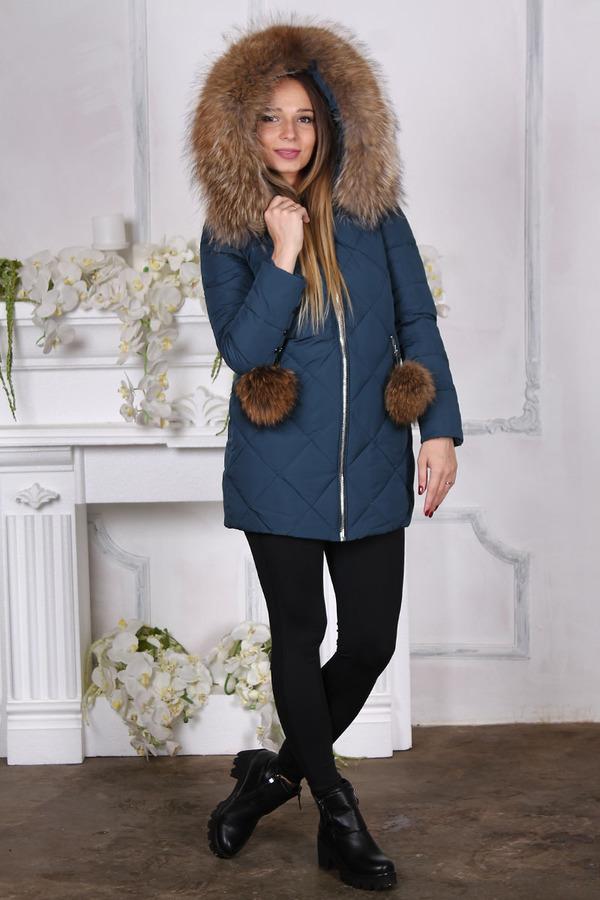 Недорогой теплый пуховик с большим мехом по канту капюшона и карманах